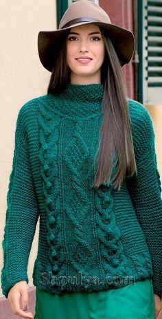 Изумрудный пуловер с узором из кос, вязаный спицами