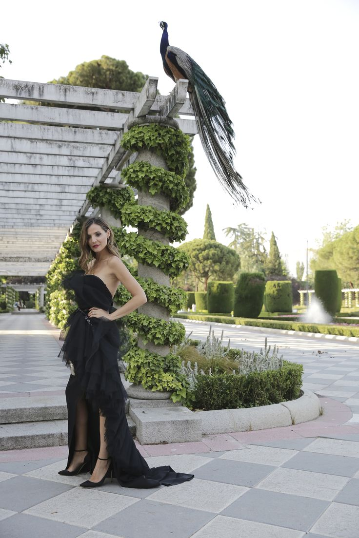 Yodona Premios Internacionales contacto - Lady Addict. Black tulle asymmetric dress+black ankle strap heeled sandals+golden clutch+gold necklace. Summer Evening Black Tie Event Outfit 2017