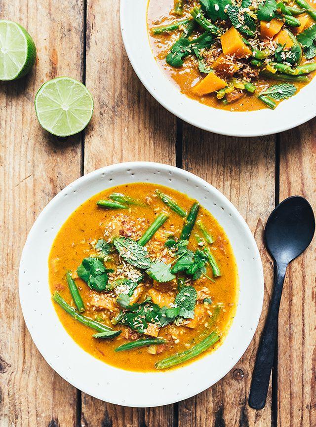 Vi giver dig  opskriften på en fantastisk curry sauce med sød kartoffel, bønner og ingefær. En smagsbombe, der med garanti er et hit her i den kolde tid!
