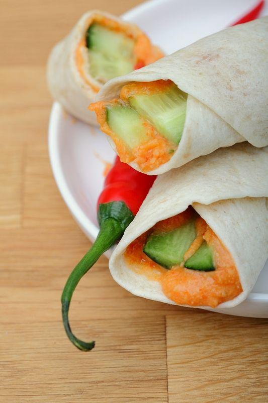 Met deze pittige hummus wraps ben je verzekerd van een goed gevulde lunch. Als je de oranje hummus al gemaakt hebt is het ook nog eens zo klaar!  Je kunt natuurlijk ook zelf de wraps maken, het recept kun je vinden op http://www.gewichtsconsulenteonline.nl/recepten/lunch/wraps.htm