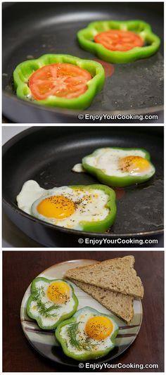 UOVA FRITTE CON POMODORO IN ANELLI DI PEPERONE VERDE. Eggs Fried with Tomato in Bell Pepper Ring. #ricettefacili
