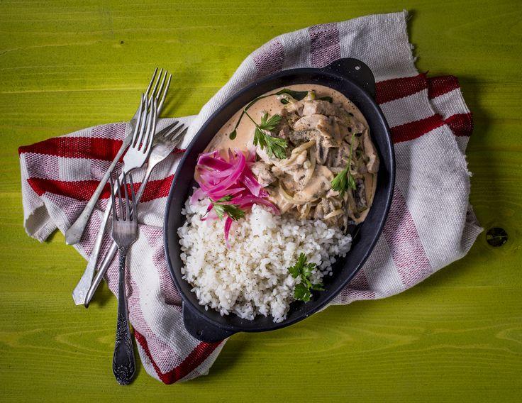 Sertésfilé Stroganoff módra - ecetes lilahagymával, párolt rizzsel | A marhahús Stroganoff módra az orosz Stroganov család után kapta a nevét és egy francia átírásnak köszönheti a ma is használatos Stroganoff elnevezést. Először 1861-ben jelent meg az orosz, Jelena Molokovec szakácskönyvében a 'Marha Sztroganov módra mustárral' recept. Ennek nyomán Sztroganov módra készült fogást rendszerint azokat az ételeket takarják, amelyek apróra csíkozott vagy vágott húsokat tartalmaznak, mégpedig…