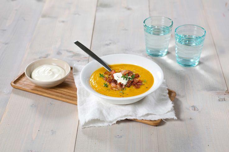 En fyldig og smaksrik suppe som metter godt. Røde linser trenger ikke å bløtlegges på forhånd, så de er perfekte å bruke i raske hverdagsretter.