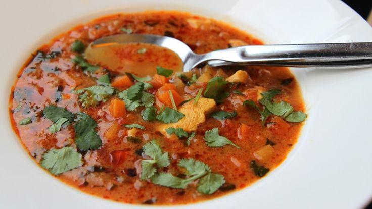 Du lager den så sterk at den passer til deg. Suppe med kylling, karri og kokosmelk.