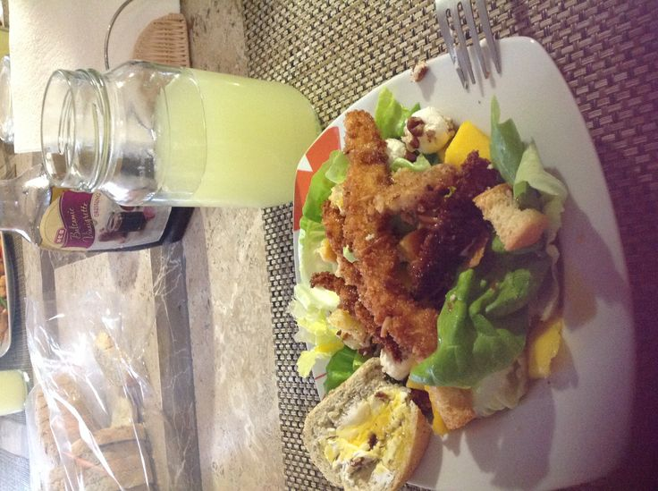 Ensalada dulce: pollo empanizado con panko, mango, lechuga, queso de cabra, nuez y agua de lima