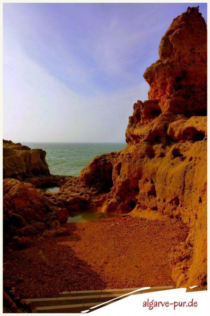 Urlaub in der Algarve, Portugal: Die Felsformation Algar Seco Die von Wind und Wellen bizarr geformten Felsen des Algar Seco sind in der Dämmerung am schönsten anzusehen. Wenn die untergehende Sonne die Skulpturen in den unterschiedlichsten Farben leuchten lässt.