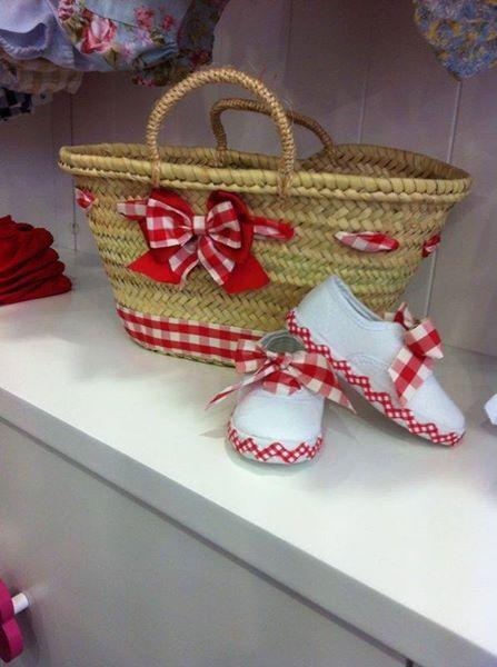 Capazo tuneado con tela de algodón de vichy rojo y zapatillas a juego, un diseño original.