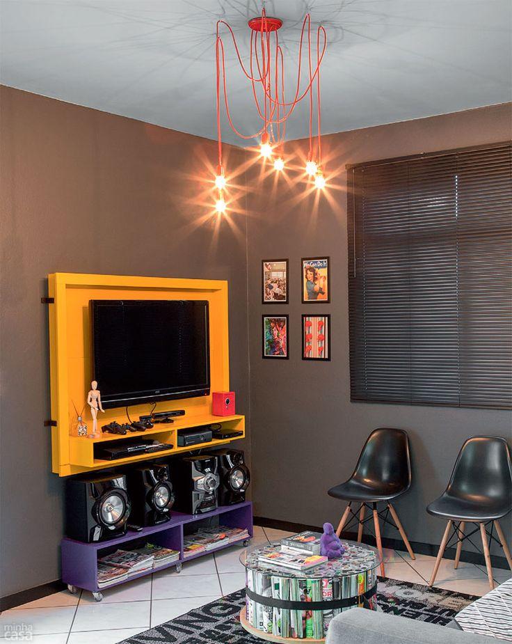 lâmpadas pendentes, rack colorido, Eames