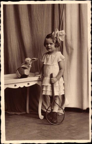 Foto Ak Little girl with teddy bears, softball, tennis racket