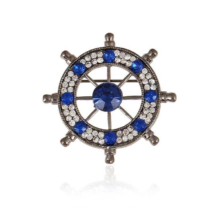 Broşa masculină în formă de timonă marinărească (cârmă) Naval, disponibilă în 3 nuanţe: auriu şi argintiu, această ultimă culoare având 2 variaţiuni ale cristalelor rhinestone, diamant şi corindon (safir).  Timona (cârma marinărească) - roata cu opt braţe are ca simbolistică în ansamblul de principii Feng Shui atragerea prosperităţii din toate cele 8 puncte cardinale.  Brosa Naval poate fi purtată la orice eveniment aţi participa, începând cu prezenţa zilnică la birou, continuând cu…