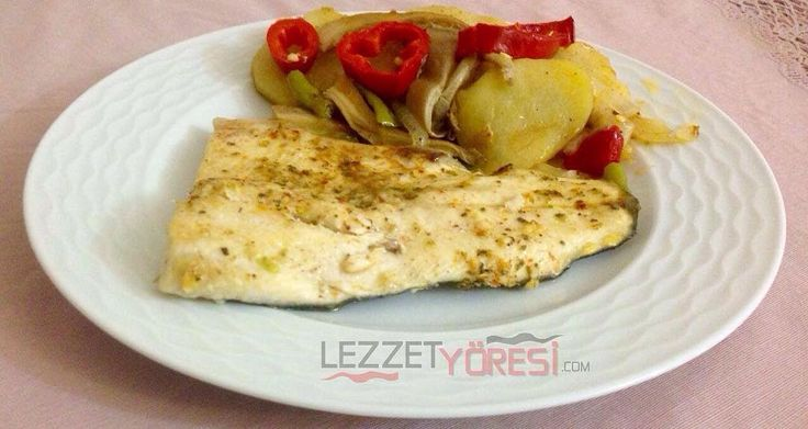 En güzel mutfak paylaşımları için kanalımıza abone olunuz. http://www.kadinika.com Fırında sebzeli somon balığı  Malzemeler  1 kg somon( temizlenmiş parçalara ayrılmış)  2 adet patates  1 adet soğan  5 adet sivri biber  2 adet kırmızı biber  250 gr istiridye mantarı  1 tatlı kaşığı tuz  1 çay kaşığı karabiber  1 tatlı kaşığı pul biber  2 yemek kaşığı sıvı yağ  1 çay kaşığı kekik  Sosu için  5 diş sarımsak  5 yemek kaşığı zeytin yağı  1 tatlı kaşığı kekik  1 çay kaşığı pul biber  Yarım çay…