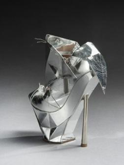 Eenmaal, andermaal, verkocht! Lady Gaga's schoen gaat onder de hamer.