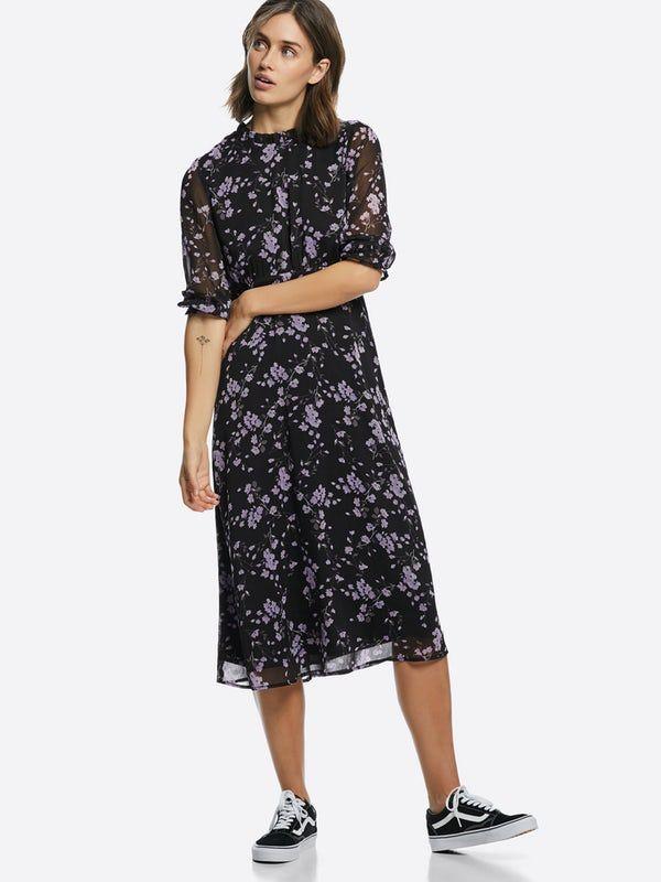 b45251dd Middels lang kjole i lett kvalitet med trekvartlange ermer med elastikk. Rund  hals med rysjer