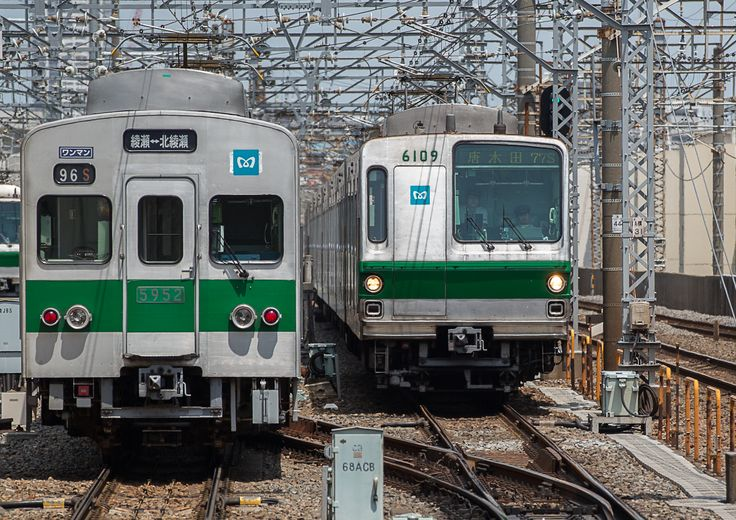 section train series 5000(l) and comes series 6000(r) of the main stream Chiyoda-Line, Tokyo Metro (Photo by Showa Express)