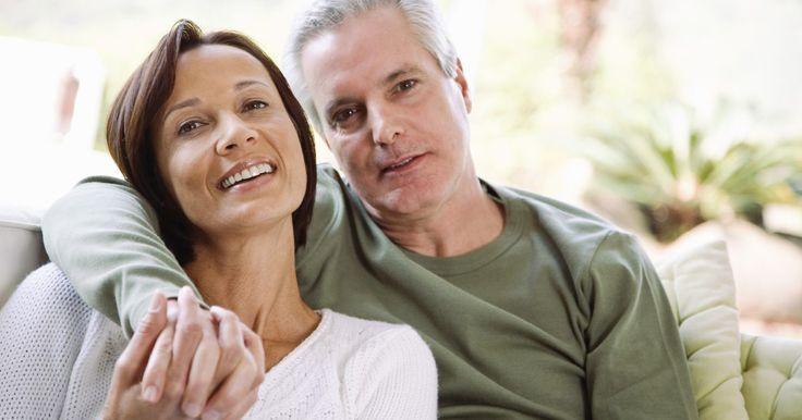 Ideas de regalos para el cónyuge para el décimo aniversario de matrimonio. Un matrimonio que llega a un décimo aniversario es un gran evento y debe ser celebrado con mucho amor y regalos para el otro. El regalo tradicional para los 10 años es el estaño. El regalo moderno es de aluminio. La flor tradicional es el narciso. La piedra preciosa de este aniversario es el diamante, mientras que la alternativa es el zafiro azul. ...