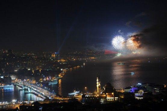 29 Ekim 2013 Cumhuriyet Bayramı kutlamaları kapsamında, İstanbul Boğazı'nda havai fişek, ışık ve ses gösterileri düzenlendi.