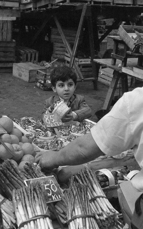 a market in Rome 1970, pic by Gaetano La Corte