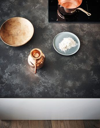 Light silk-effect Bianco lacquer Bronzite melamine #CesarKitchen #design #interiors #kitchen