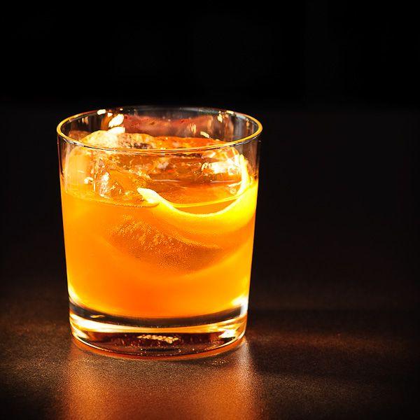 Ein rauchiger Drink mit Bourbon-Whiskey? Normalerweise haben die schottischen Whisky-Sorten durch ihren typischen Torf- und Rauchgeschmack dieses Geschmacksareal für sich gepachtet. Bourbon Whiskeys präsentieren sich dagegen eher mit leichten Vanille-Tönen und im Vergleich zu ihren schottischen Verwandten eher mild und süß. Na und? Wenn