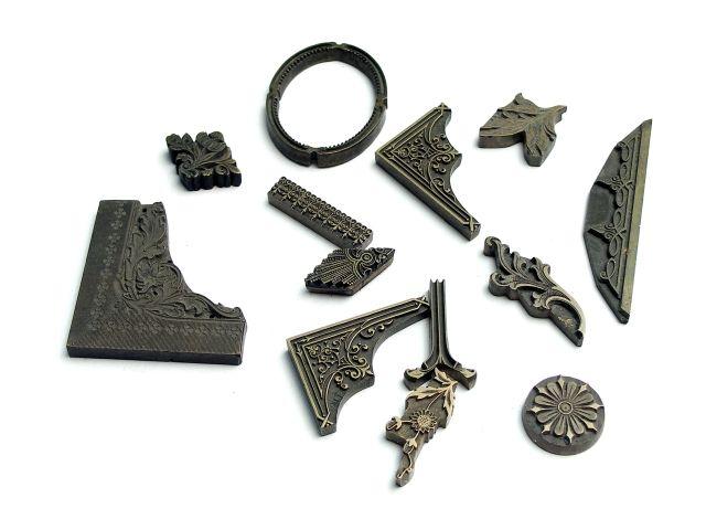 Ornamenty płaskie pojedyncze - mosiężne służą do dekoracji okładek opraw. Ornamenty przykleja się w określonych miejscach do kartoniku o wymiarach grzbietówki czy okładzinówki lub bezpośrednio do płyty grzewczej maszyny do złocenia na gorąco.