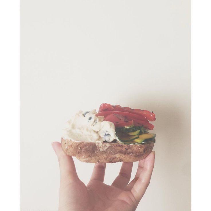#bagel マルイチベーグルのセブングレインフィグに  半分は豆腐クリームチーズとブルーベリーのスプレッドをたっぷり  もう半分はかぼっこりーと赤パプリカのオイル漬けを。