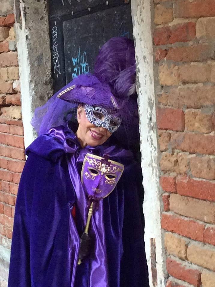 carnevale di venezia/  28/02/2014  dama veneziana del 1700/  mantello e tricorno in velluto viola , /maschera in cartapesta decorate con pizzo e Swarovski/  la foto fatta scattata alle ore 16 in ruga giuffa , venezia