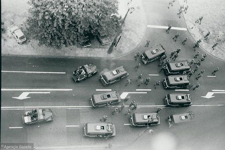 Demonstracja w czasie stanu wojennego, na rogu ul. Marszałkowskiej i Świętokrzyskiej, Warszawa, 1982 r. Tadeusz Rolke
