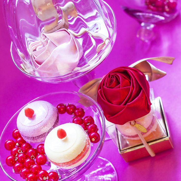 """Особенно приятно, когда в качестве подарка приходится истинный шедевр шефа-кондитера. Такие сюрпризы вызывают искреннюю улыбку! Взгляните, разве не удивительно печенье """"Macaroons Персик с малиной""""? Ведь на самом деле это соль для ванны и заколка для волос с эффектным цветком алой розы! Правда, неожиданно?.. #objectmechty, #подарок, #подарки, #8марта, #мыло, #ванна, #bathsalt, #fizzer, #soap, #gift"""