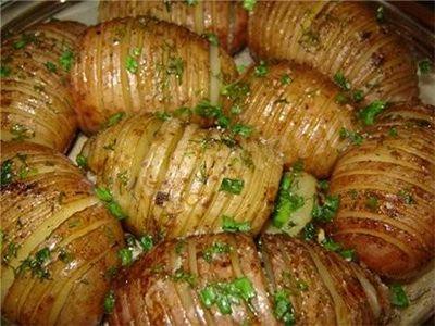 Vă prezentăm mai jos 3 rețete simple, cu ajutorul cărora obțineți cei mai delicioși cartofi. Deși reprezintă un produs destul de popular, ce se prepară foarte des, vă îndemnăm să pregătiți cartofii într-un mod mai puțin obișnuit. Experimentați cu ierburile aromate preferate și bucurați-vă de o garnitură cu cartofi deosebit de delicioasă. Rețeta Nr.1 – Cartofi Dauphine INGREDIENTE -9 cartofi de aceeași dimensiune -9 lingurițe de unt -9 felii de cașcaval olandez sau Gouda (cu grosime de 5 mm)…
