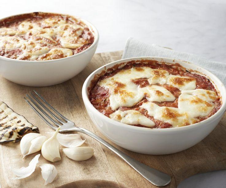 Le lasagne piacciono a tutti, ma sono molto caloriche! Questa volta ne facciamo una versione più light, sostituendo le sfoglie di lasagna con ... melanzane grigliate! Un pasto super sfizioso e molto più leggero! E grazie alla mozzarella fusa, avrete un piatto deliziosamente cremoso! Godetevelo!