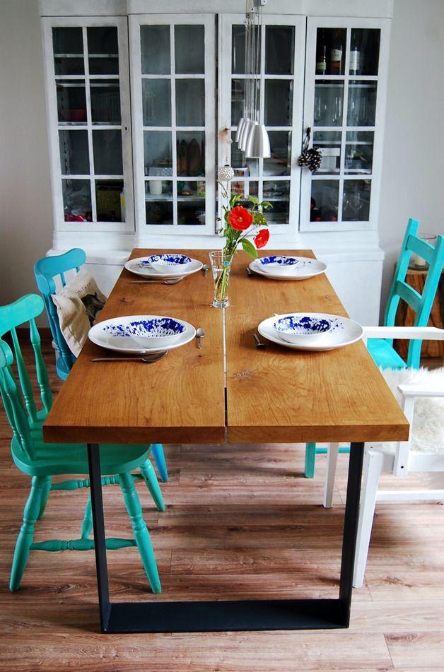 Großer Esstisch aus Eichenholz mit türkisen Stühlen als Farbhighlight im Landhausstil / big dining table out of oak wood