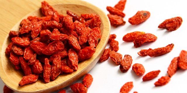 Kustovnice čínská (Lycium chinense) se pěstuje hlavně kvůli plodům, které jsou velmi zdravé a výživné. Nyní, v období zimy, kdy řádí chřipky a nachlazení, vám její plody pomohou posílit obranyschopnost organizmu a imunitu.