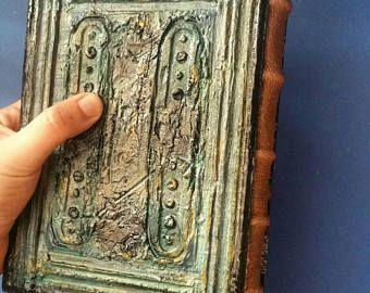 1 notebook spedizione immediata!    = FATTE SU ORDINAZIONE! = -------------------------- Tempo - 3-5 giorni lavorativi per la produzione di prodotti. Prodotto creato può differire dalloriginale.  La copertina fatta da modellazione pasta e cartone. Il giornale ha circa 150 pagine. Le pagine sono tinti con caffè e tè a mano. Pagine sono cuciti a mano. Notebook dimensioni sono 15 x 20 cm (6 x 8) Questo piccolo diario è possibile utilizzare come un diario giornaliero, pianificatore, lib...