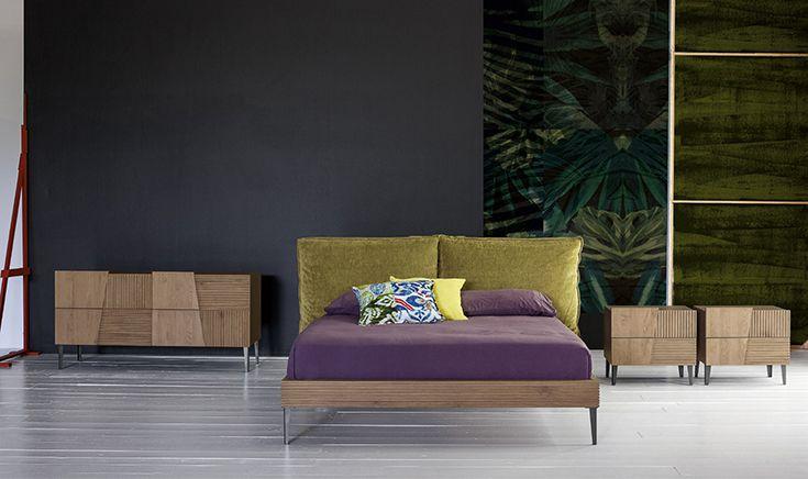 Un #letto moderno, di #design essenziale, ma confortevole  ricco di personalità , con due grandi cuscini che fanno da testiera e un giroletto in legno massello che dialoga con gli altri mobili della zona notte. #bed #wood