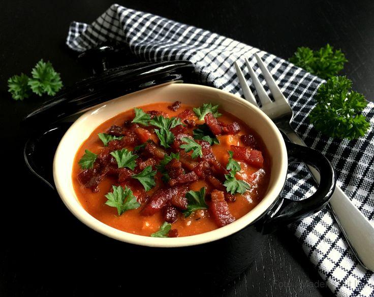 Super nem opskrift på en lækker paprikagryde med kylling og bacon - perfekt efterårs- og vintermad som altid er populær at servere.