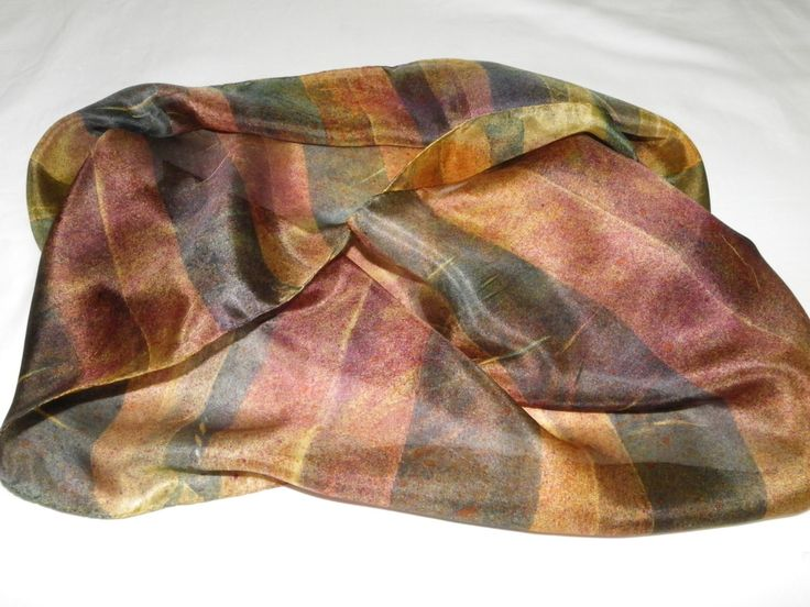 Linda echarpe de seda pongé 5, pintada à mão, com a técnica <br>aerofalten listrado. Ideal para compor um visual arrojado e contemporâneo. Pode ser usada de várias formas.