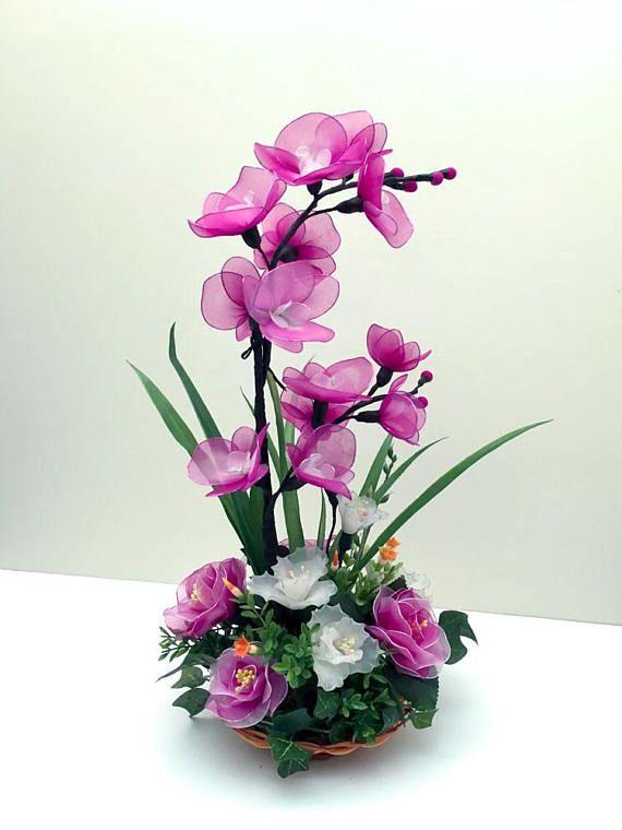 ¡Un perfecto regalo o adición a la decoración de su hogar u oficina! Yo a mano estas flores de nylon en mi casa de Pennsylvania. Los pétalos están hechos de malla de nylon en finas ramas de metal-core. Flores se arreglan en la canasta de tejidos como en la imagen. Deseo que disfrute estos colores vibrantes y presentarlos a sus seres queridos. Pantalla dimensions:7(w) x 7 x 18(h) pulgadas. Forma de pago: Paypal o crédito de la tarjeta a través de paypal sólo por favor. Bitcoin, elija Otro…
