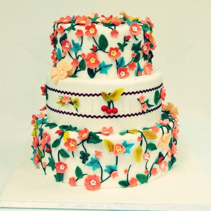 Un model de tort pentru nunta ce o organizezi in primavara, decorat cu zeci de flori de cirese, toate intr-un contrast de culori calde si placute. Pret: 560 lei.