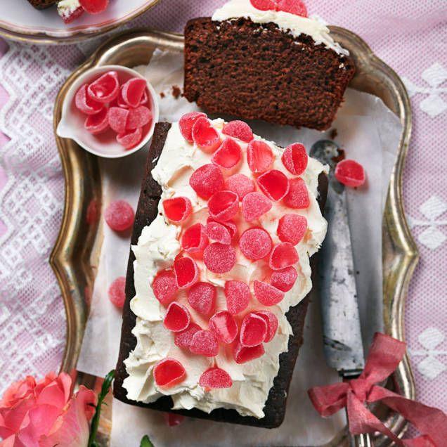 Recept på chokladkaka med krämig frosting toppad med geléhallon. Underbart god och fin att bjuda på till Alla hjärtans dag.