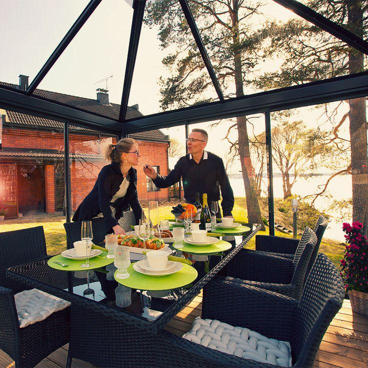 Lucia-Lasipaviljonki on teräksestä ja turvalasista valmistettu, kaunis ja moderni  piharakennus, jossa voit nauttia auringosta ja luonnosta  ympäri vuoden. www.lasipaviljonki.fi