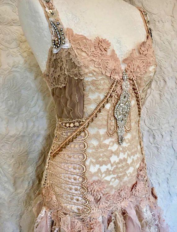 Boho trouwjurk in roze kleuren, bruidsjurk met accenten van roze kleur en ruwe randen van zand en room.  Een handgemaakte alternatieve trouwjurk.  Boho wedding, fairy roze bruiloft, blozen gekleurde bos bruiloft, voorzien kant en gehaakte bruiloft jurk, gypsy bruiloft uniek, cottage chique, strand bruiloft en de lijst kon blijven..,  Het heeft een gescheurde uitstraling met ruwe randen en gescheurde stof in de rok.,  Het lichaam is elastisch maar bedekt met antiek, hand geverfd kant en…