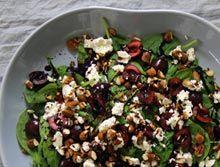 Spinatsalat med kirsebær, feta og stegte mandler