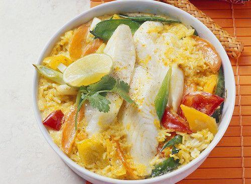 Filets de julienne au curry.  Pour préparer cette recette de poisson, il vous faudra : des filets de julienne, du riz basmati, du curry en poudre, un poivron rouge et un poivron jaune, des oignons nouveaux, un citron, des brins de coriandre et des pois gourmands.