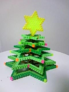3D Christmas tree perler beads - Pattern: https://www.pinterest.com/pin/374291419011809275/