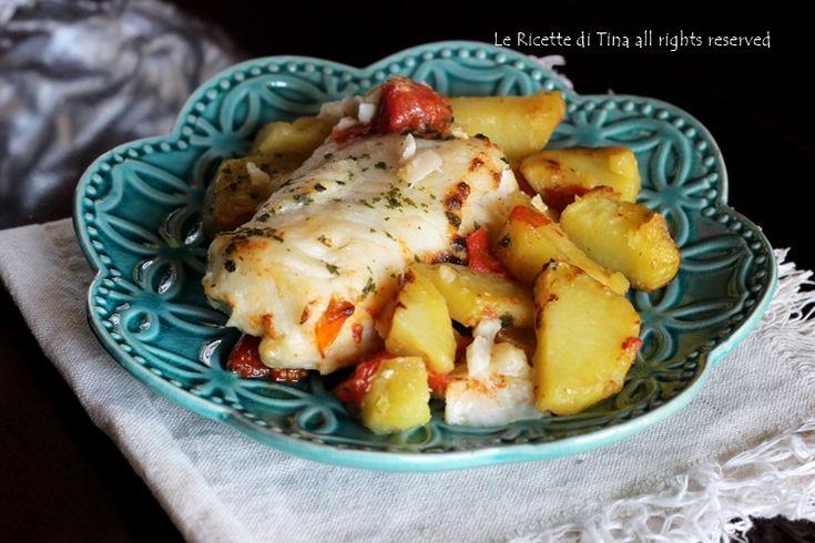 Merluzzo con patate al forno secondo facile e genuino,ricetta semplice e gustosa da preparare per cena.Merluzzo saporito accompagnato da squisite patate