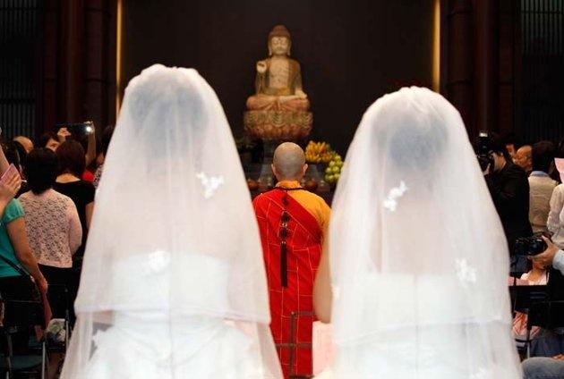 www.delunademiel.es Las bodas Budistas el monje lee tu carta astral y canta un rezo durante una hora por el enlace.