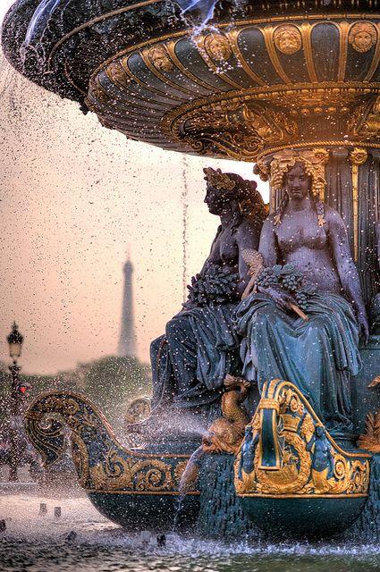 Belles lumières parisiennes, fontaine, eau et tour Eiffel en arrière plan: cette photo est superbe. Carte postale de la ville des amoureux cette image donne envie d'y passer ses vacances. #paris #vacances