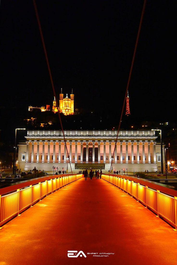 Le Palais de Justice et la colline de Fourvière (Lyon)