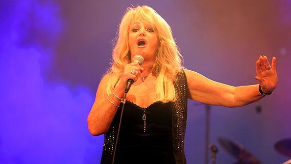 Bonnie Tyler in Hamburg, 27/07/2013 Sommertour © Public Address #bonnietyler #thequeenbonnietyler #therockingqueen #rockingqueen #music #rock #2013 #germany #hamburg #concert http://www.ndr.de/