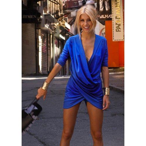 Salopeta eleganta scurta albastru electric  Salopetele sunt un must-have anul acesta, indeosebi pentru acele femei care isi doresc un look fashion. Salopeta scurta tip romper este alegerea perfecta atunci cand vrei o piesa lejera care sa-ti ofere confort, libertate de miscare si un aer relaxat.